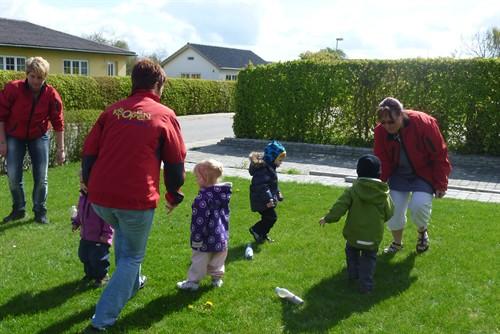Børn leger med dagplejere